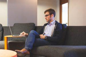 תמונה של איש מחפש עובדים זמניים באתר